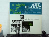 """アートブレイキー """"バードランドの夜 Vol.1""""はピー・ウィー・マーケットの甲高い声が熱狂へと誘う、1954年のバードランドで繰り広げられた伝説のジャズライブ録音"""